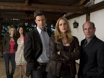 Nichole Hiltz, Lesley Anne Warren, Fred Weller, Mary McCormack and Paul Ben-Victor in the series 'In Plain Sight.'